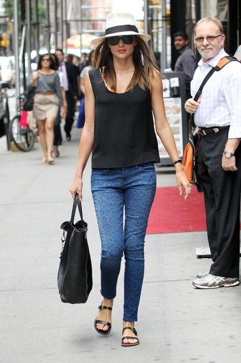 04-miranda-kerr-street-style-personal-style-jeans-h724